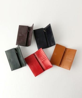 イギリスの老舗レザーブランド「Whitehouse Cox(ホワイトハウス・コックス)」の長財布は、シンプルな中にもこだわりを感じる上質なデザイン。専用のエレガントなボックスに入っているので、母の日のギフトにぴったり。