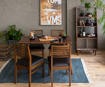 ナチュラル系にコーディネートする際は、椅子の座面の色を部屋のアクセントカラーにすると、空間にしまりが出て雰囲気が良くなります。