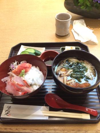 ◆はしたて  「はしたて」は、料亭「和久傳」の直営店。選りすぐりの食材を使った美味しい丼や煮麺等が頂けます。高級料亭の味わいを気楽に味わうのなら、この店がお勧めです。 【画像は、この店のイチオシメニュー。炙った金目鯛の丼と、金目鯛の煮麺がセットになった「金目鯛づくし丼セット」。】