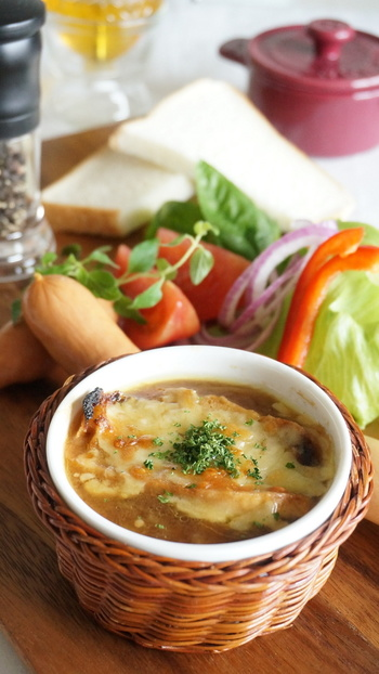 こちらオニオングラタンスープも定番のフランスパンレシピです。時間のかかるあめ色玉ねぎも電子レンジの裏技を使って簡単に作れます。スライスしたフランスパンが甘くて旨味たっぷりのスープを吸って、心も体もあたたまります。
