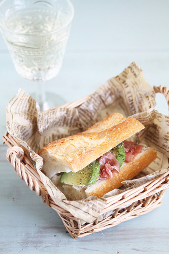 バゲットに具を挟んだサンドイッチのことをフランスでは「カスクルート」と呼びます。フランスパンと相性のいい生ハムとアボカドでおしゃれなサンドイッチの出来上がりです。