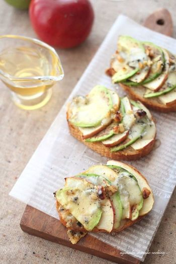 くせのある風味のゴルゴンゾーラチーズがりんごの甘酸っぱさとアボガドのクリーミーさを上手くまとめていて、さらに下のフランスパンが味わいを引き立たせています。少し大人なフランスパンレシピです。