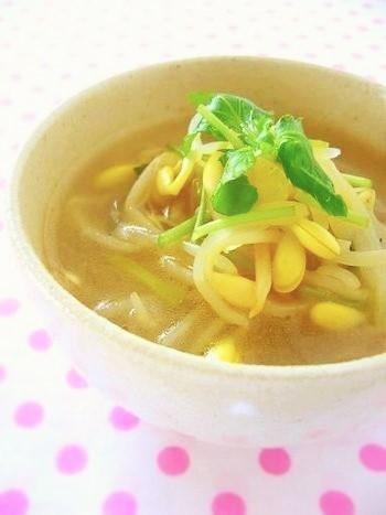 酸味と辛みのコンビネーションででからだを温めてくれる中華スープ。胡椒と酢の分量はお好みで。