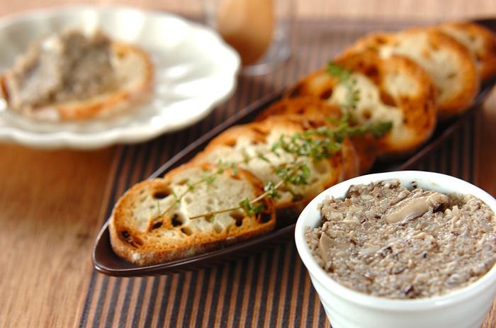 たっぷりのキノコを使ったペーストも作り方はとても簡単。人気のパン屋さんで買ってきたフランスパンと合わせて食べたいとっておきのレシピです。