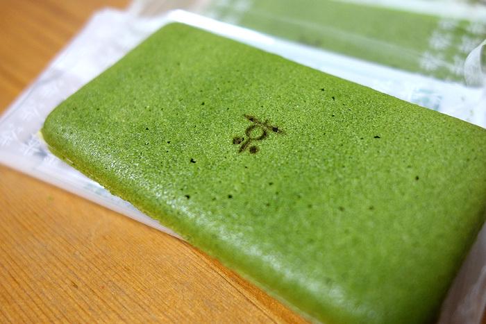 今や、京都土産の大定番となった「お濃茶ラングドシャ 茶の菓」。  宇治の厳選茶葉が練り込まれたラングドシャで、ホワイトチョコレートを挟んだ和風テイストの焼菓子です。濃茶の風味とチョコの甘味の取り合わせが絶妙で、口溶けもよく美味しいと人気。パッケージもフォルムも愛らしく、マールブランシュならではの土産菓子です。(駅構内各所で販売しています。)