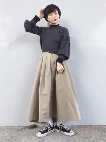 レイヤードのトップスにロング丈のチノスカートを合わせたスタイル。ベレー帽はシンプルなコーディネートのアクセントになりますね。