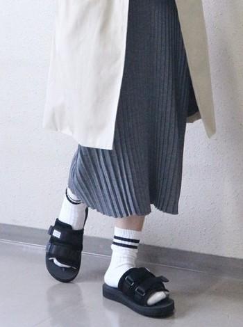 シンプルなコーディネートに、あえてがっちりとしたサンダルを合わせるのもおすすめです。素足で履くのはもちろん、靴下との組み合わせもぜひ楽しんでみてください。