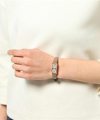 上質さを提案するジュエリーブランド「VENDOME AOYAMA(ヴァンドームアオヤマ)」。長方形の文字盤がエレガントな時計は、アンティークな装い。お母さん世代の輝きを高めてくれる、大人の女性のためのラグジュアリー感がいっぱいです!
