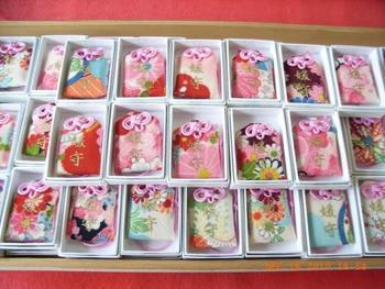 京都・下鴨神社 〈媛守〉は色とりどりのちりめんで作られた袋が女子の間で大人気。ピンクの紐も可愛らしいですね。全ての色柄が違うので、選ぶ時間も楽しいです。女性の心願成就のご祈祷が込められています。