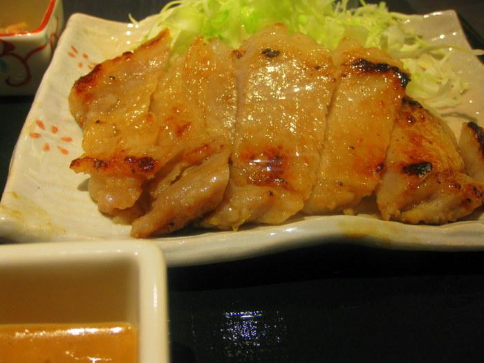「西京漬け膳」は、さわら・さけ・豚ロースの3種類。 西京漬けは味が染みて、炊きたてのご飯との相性も抜群、テーブルの黒七味と山椒をかければ、さらに美味しく頂けます。リーズナブルで満足度の高いお店です。 【画像は、豚ロースの西京漬け。】