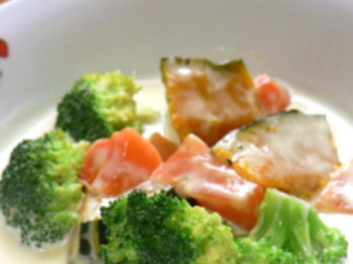 温野菜をチーズクリームで煮込んだレシピ。ワインと一緒にいただくのがおすすめです。