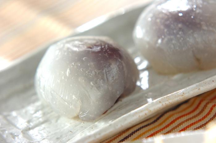 見た目にも涼しげな和菓子。つるんとした食感がたまりません。冷蔵庫に入れるとかたくなってしまうので注意してください。