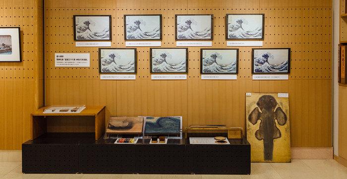 絵具や版木などの材料のほか、実際に職人が使う小刀やバレンなどの道具や浮世絵の制作工程の展示も見ることができます。