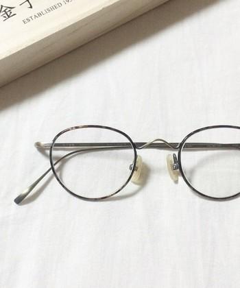 細いメタルフレームに、わずかにマーブル調のスパイス。丸メガネに近いクラシカルなデザインは、優しく顔になじんで、ナチュラル系ファッションにもスーツにも似合います。