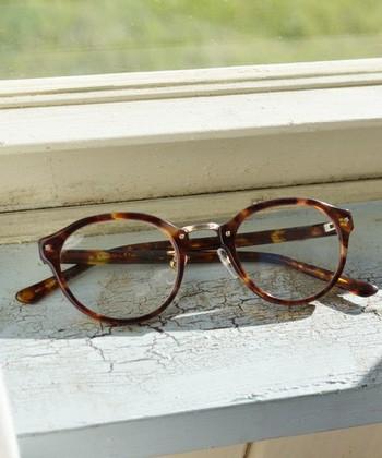 ブリッジ部分にだけ金属パーツを使用したボストン型のメガネは、男性にも女性にも似合いやすく、知的なイメージを与えてくれるデザインです。