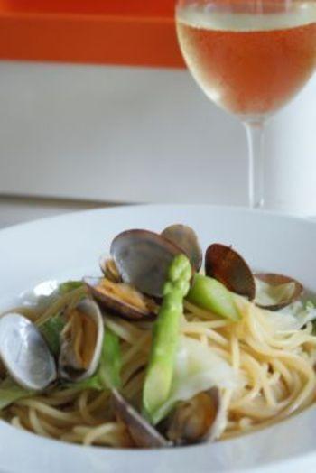 アサリ、キャベツ、アスパラを使った彩り爽やかなスープパスタのレシピ。ショウガの風味もいい感じにアクセントになっています。