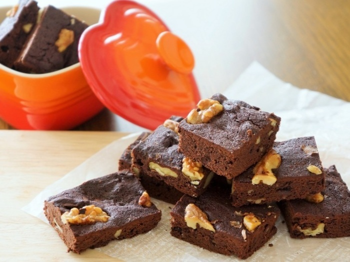 チョコレートとくるみの相性はバツグン。 可愛く四角く切り分けてプレゼントにも。