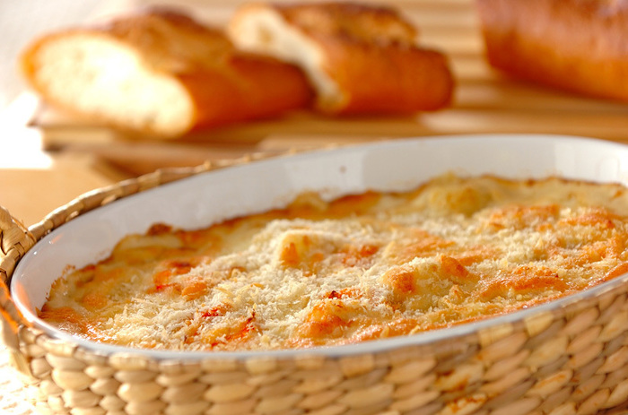 お時間にゆとりのある休日の自分ご褒美に。エビグラタンのクリーミーで濃厚な味わいとフランスパンの取り合わせは相性抜群です。