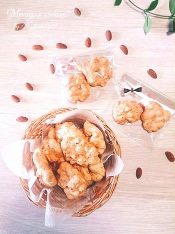 透明な袋にクッキーを入れ、ちょこっとリボンをつけるだけで、ささやかで可愛らしいラッピングに♪