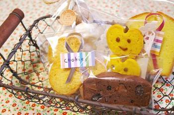 セロファンでお菓子を包み、リボンをマスキングテープで留めるアイデア。テープの部分にクッキーの種類を書いたり、メッセージを書いたりしても◎!パーティーの手土産やプレゼントにぴったりですね。
