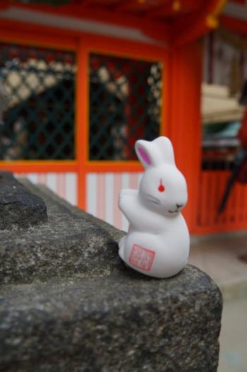 """京都の宇治神社の人気の〈うさぎおみくじ〉。 昔は地名を""""菟道(うさぎみち)""""と書いて「うじ」と呼んでいたそうです。 「見返り兎」の物語の舞台としても有名で、正しい道へ導くうさぎとして愛されています。"""