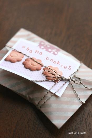 クッキーを透明な袋に入れ、包装紙で作った封筒にイン。表には中に入れたクッキーの写真にスタンプで装飾して、マスキングテープで貼りつけました。十字に紐を掛ければ、オリジナリティあふれるラッピングが完成です。