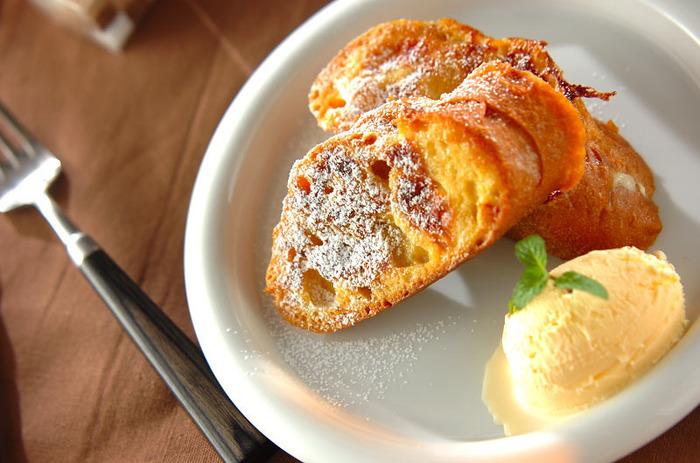 美味しさの秘密はフランスパンの中に入れたキャラメル。卵液をしっかり染み込ませて焼いているので、硬くなったフランスパンでもふっくらしっとりいただけます。こちらも人気のフランスパンレシピです。