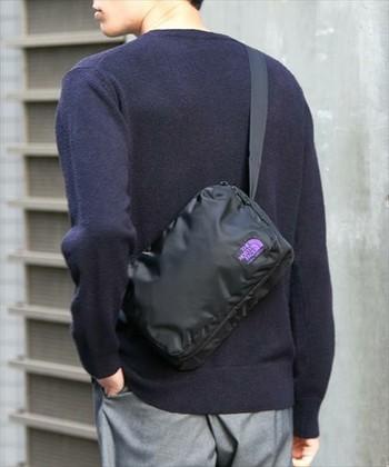 黒のショルダーバッグはどんなコーディネートにも馴染みます。 大きさもちょうどよく、普段使いはもちろん、旅先などにも重宝しそうです。