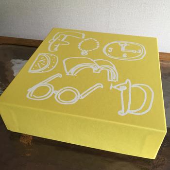 こちらがそのクッキーboxです。 ついてくるカードが毎回違ってワクワクします。 たまに限定で別カラーboxが登場することもあります。