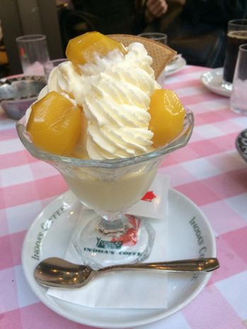 イノダコーヒーでカフェタイムなら、レモンケーキやアップルパイといったドイツ風ケーキと珈琲のケーキセット定番ですが、パフェもオススメです。 【画像は、レモンアイス・生クリームたっぷりの「マロンパフェ」。】