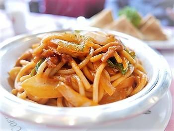 イノダのスパゲッティも隠れた人気メニューです。太麺で、濃厚な味わい。食べ応え十分の絶品メニューです。ホワイトソースで仕上げた「ボルセナ」とトマトソースの「イタリアン」の2種あり。ぜひお試しあれ。