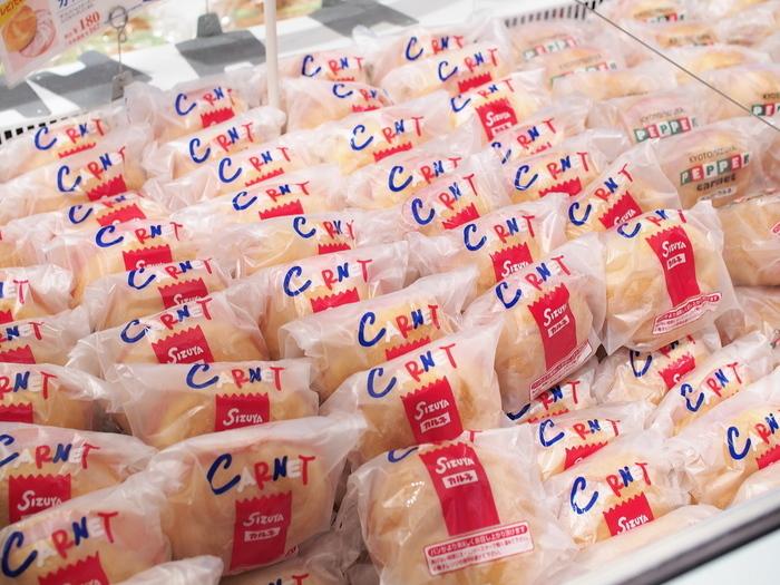 """◆志津屋 京都駅店  志津屋は、京都河原町の老舗ベーカリー。素材にこだわり、身体に良いパンづくりをモットーにする、地元で愛されるお店です。  志津屋の断トツ人気パンは、""""カルネ""""!。このパンを楽しみにする出張族も多いほど。ドイツ風のパンに、シャキシャキの玉ねぎとハムが挟まっています。マーガリンのまろやかな味わいが全体をまとめてクセになる味です。"""