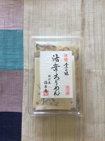 ●京湯葉「ゆば庄」   明治18年創業の老舗湯葉店「ゆば庄」。 生湯葉が定番ですが、イチオシは「湯葉ちりめん」。こだわりの湯葉と京都の実山椒・ちりめんじゃこ・しいたけを出汁で炊き上げた逸品です。山椒の香りと湯葉のコクがたまらない美味しさです。