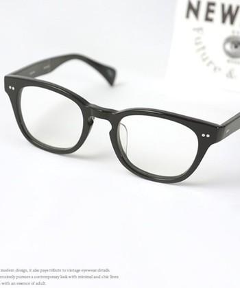 存在感のある肉厚の黒縁メガネは、帽子やハットとコーディネイトして、オシャレに着こなして♪
