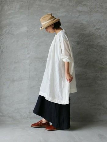 定番の、白のリネンワンピース。白は透けやすいので、下にスカートやパンツを合わせるのがおすすめです。ワンピース一枚より大人っぽくなります。