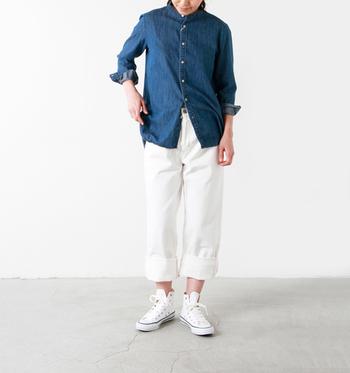 デニムシャツ×ホワイトパンツのシンプルスタイル。足元は爽やかなホワイトのオールスターのハイカットで間違いなし!