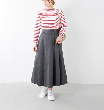 マリンテイストのボーダーのスカートスタイルの足元には、シンプルなスタンスミスをコーディネート。