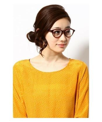 存在感のある極太フレームなのに、ブラウン系の髪になじむカラーが優しい雰囲気。眼鏡の存在を主張しすぎず、掛ける人の個性はしっかりアピールしてくれます。