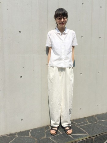 ゆるめのTシャツを合わせて、全身ホワイトで爽やかなコーディネート。 全体的にゆったりめにみえるシルエットの場合は、髪は後ろで結んでスッキリさせるとバランスがいいですね。