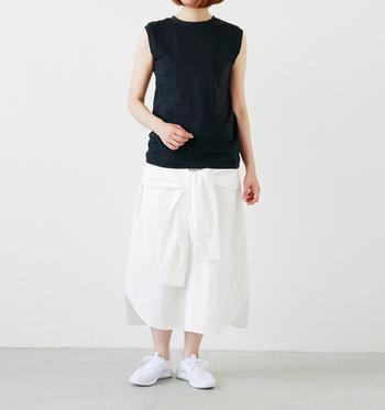 クルーネックのノースリーブに変形スカートを合わせた遊び心のあるモノトーンのスカートスタイル。