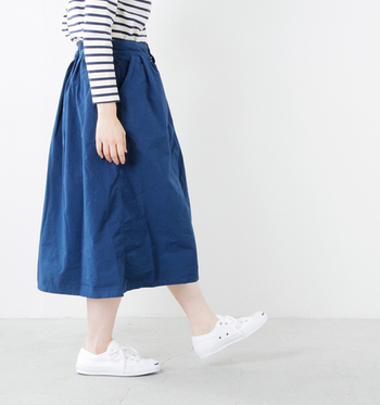 ここ数年、人気が続くスニーカーは、ついついデニムやパンツとばかりコーディネートしがちではないですか?メンズっぽくなりがちなスニーカーですが、今年の春はスカートと合わせて、女性らしく着こなすことにチャレンジしてみてはいかがでしょうか。