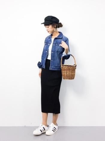 ロング丈のタイトスカートにアディダスのスタンスミスを合わせて。スカートのカラーとスニーカーのラインがコーディネート全体を引き締めています。