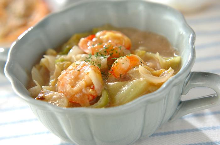キャベツとエビを使ったあっさり味のクリーム煮です。1/4個のキャベツを消費することができます。