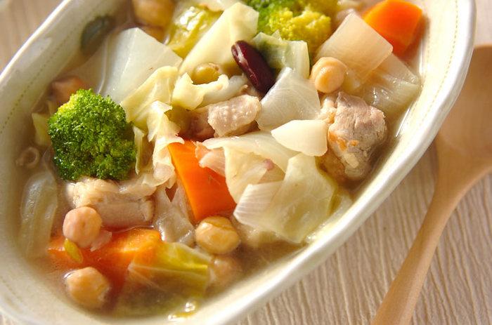 豆と野菜がたっぷり入った体温まるスープ煮です。柔らかくなって甘みが増したキャベツも美味!