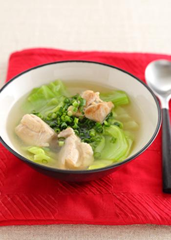 鶏肉とキャベツのごろっと入った食べ応え満天のスープ。ネギをアクセントにちらして召し上がれ!