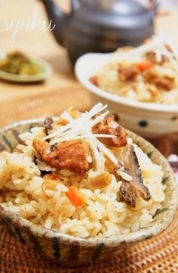 前の晩に炊飯器のタイマーをセットしておくだけ。ランチで、お豆の栄養とともに、美味しい出汁がたっぷりしみ込んだ炊き込みご飯を楽しめます。