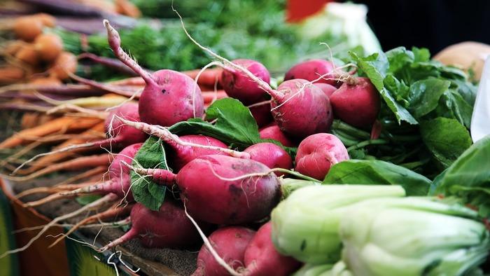 それぞれの農家では、平均で年2~30種の野菜を育ていると言われています。野菜のほとんどが仲卸を通さず直売されており、生産者との近い距離で、新鮮で豊富な種類の野菜を手に入れることができるのが特徴です。