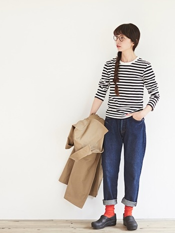 ロールアップさせたジーンズの裾からカラーソックスをちらりとのぞかせて。ベーシックアイテムの組み合せが一気におしゃれな仕上がりになります。