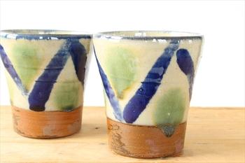 「オーグスヤ」という青緑の釉薬が使われたマグカップ。色の組み合わせがきれいですね。柔らかい曲線が用いられることが多いやちむん、V字の模様は斬新な印象。