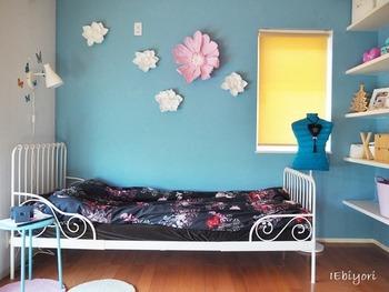 お子さんの成長に合わせて必要な物がどんどん変化していく子供部屋。家具の選び方や模様替えの仕方などを工夫して、できるだけ物を増やさないようにしてみましょう。こちらの白いベッドは【IKEA】の【MINNEN】というシリーズの物。成長に合わせて長さを調節できるようになっているため、通常の子供用ベッドよりも長く使えます。